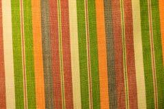 Mångfärgade garner fabriceras som den dekorativa gardinen som dekorerar byggnaden Arkivfoton