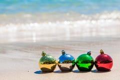 Mångfärgade garneringbollar för jul på kusten royaltyfri fotografi