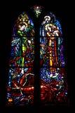 Mångfärgade härliga målat glassfönster i den huvudsakliga gotiska domkyrkan av Frankrike royaltyfria bilder