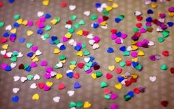 Mångfärgade hjärtor beströs på papper lycklig s valentin för dag Förklaring av förälskelse, Royaltyfri Foto