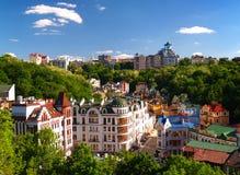 Mångfärgade hus bland de gröna träden Kiev, Ukraina Arkivfoto
