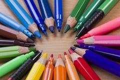 mångfärgade inställda blyertspennapennor för markörer Fotografering för Bildbyråer