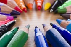 mångfärgade inställda blyertspennapennor för markörer Royaltyfri Fotografi