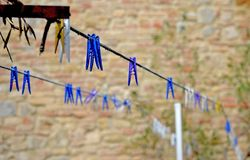 mångfärgade klädnypor fotografering för bildbyråer