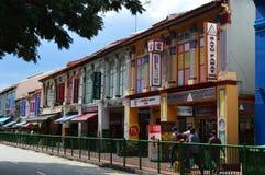 Mångfärgade koloniala fönster och slutare på buffelvägen lilla Indien, Singapore Royaltyfria Foton