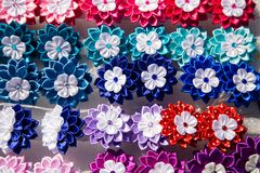 Mångfärgade konstgjorda blommor Arkivfoton