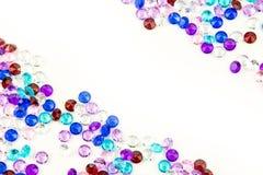 Mångfärgade kristaller som isoleras på vit bakgrund Ädelstenar gör sammandrag bakgrund Diamant Arkivbilder