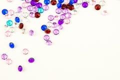 Mångfärgade kristaller som isoleras på vit bakgrund Ädelstenar gör sammandrag bakgrund Diamant Fotografering för Bildbyråer