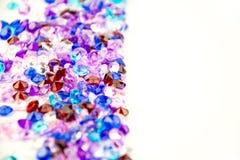 Mångfärgade kristaller som isoleras på vit bakgrund Ädelstenar gör sammandrag bakgrund Diamant Royaltyfria Foton