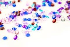 Mångfärgade kristaller som isoleras på vit bakgrund Ädelstenar gör sammandrag bakgrund Diamant Royaltyfri Fotografi