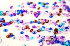 Mångfärgade kristaller som isoleras på vit bakgrund Ädelstenar gör sammandrag bakgrund Diamant Arkivfoton
