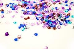 Mångfärgade kristaller som isoleras på vit bakgrund Ädelstenar gör sammandrag bakgrund Diamant Arkivfoto