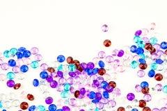 Mångfärgade kristaller som isoleras på vit bakgrund Ädelstenar gör sammandrag bakgrund Diamant Royaltyfri Bild