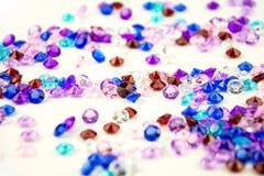 Mångfärgade kristaller som isoleras på vit bakgrund Ädelstenar gör sammandrag bakgrund Diamant Arkivbild