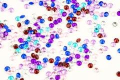 Mångfärgade kristaller som isoleras på vit bakgrund Ädelstenar gör sammandrag bakgrund Diamant Royaltyfria Bilder