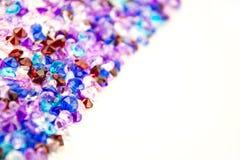 Mångfärgade kristaller som isoleras på vit bakgrund Ädelstenar gör sammandrag bakgrund Diamant Royaltyfri Foto