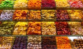 Mångfärgade kryddor, teer och muttrar på räknaren i marknaden Royaltyfria Bilder