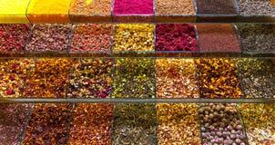 Mångfärgade kryddor, teer och muttrar på räknaren i marknaden Arkivbilder