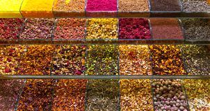 Mångfärgade kryddor, teer och muttrar på räknaren i marknaden Arkivbild