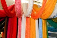 Mångfärgade kulöra ljusa brokiga stycken av packeprövkopior av kulört konstgjort akryltyg, fibrer, demonstration royaltyfria foton