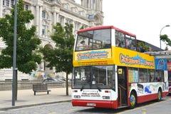 Mångfärgade Liverpool turnerar bussen Arkivbild