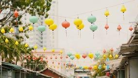 Mångfärgade ljus som hänger på gatorna av Nha Trang askfat lager videofilmer