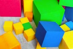 Mångfärgade mjuka skumkuber på barnlekplatsen Ljusa färgrika leksaker Ungepartiunderhållning och garnering arkivbild