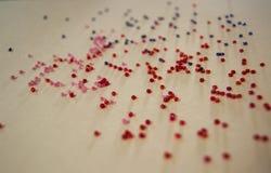 Mångfärgade pärlor på en ljus bakgrund Royaltyfri Fotografi