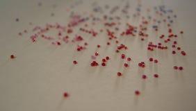 Mångfärgade pärlor på en ljus bakgrund Arkivfoto