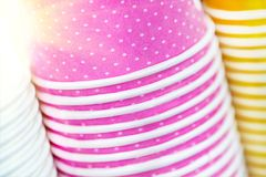 Mångfärgade pappers- koppar Ljus mat- och drinkbakgrund Bunt av färgrika behållare Övre hög för slut av exponeringsglas arkivfoton