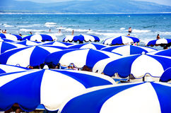 mångfärgade paraplyer för strand Arkivbild
