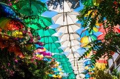Mångfärgade paraplyer ovanför gatan på Nicosia, Lefkosa, norr C arkivfoton