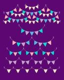 Mångfärgade pastellfärgade buntingsgirlander som isoleras på violett bakgrund Vektoruppsättning i plan stil Designbeståndsdelar f vektor illustrationer