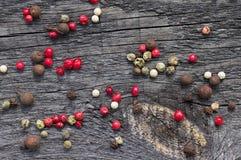 Mångfärgade pepparärtor på tabellen Fotografering för Bildbyråer
