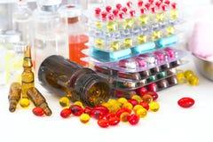 Mångfärgade preventivpillerar och kapslar royaltyfri bild