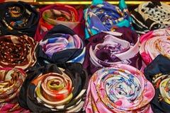Mångfärgade siden- scarves Arkivfoton