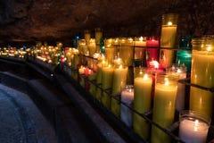 Mångfärgade stearinljus på kloster av Montserrat i Barcelona, Spanien Royaltyfri Fotografi