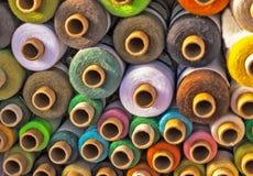mångfärgade trådar Arkivbilder