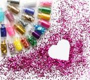 Mångfärgat blänka i flaskmakeupstället för text i hjärta Fotografering för Bildbyråer