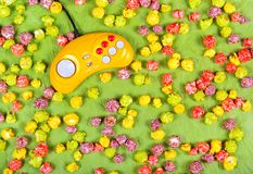 Mångfärgat karamellpopcorn och gulingstyrspak Royaltyfri Fotografi