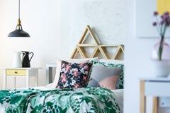 Mångfärgat sovrum med handgjorda kuddar Royaltyfri Foto