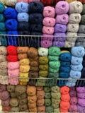Mångfärgat ullbollgarn i ett lager ordna till för handarbete arkivfoton