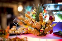 Mångfald av bakelse dekorerade med frukter och kakor royaltyfri fotografi