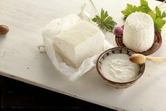 Mångfald av mejeriprodukter, ost, yoghurt, keso i t arkivfoton