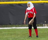 Mångfald i flickahögstadiumFastpitch softball och andra sportar Arkivbild