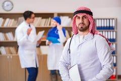 Mångfaldbegreppet med doktorer i sjukhus royaltyfri bild