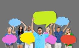 Mångfaldfolket som rymmer färgrikt anförande, bubblar begrepp Arkivbild
