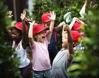Mångfaldgrupp av ungar som har gladlynt gyckel royaltyfria bilder