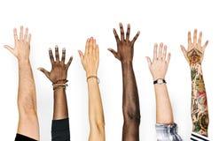 Mångfaldhänder som lyfts upp gest arkivfoton