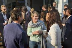 Mångfaldvänner som möter gemenskapdiskussionsbegrepp arkivbild